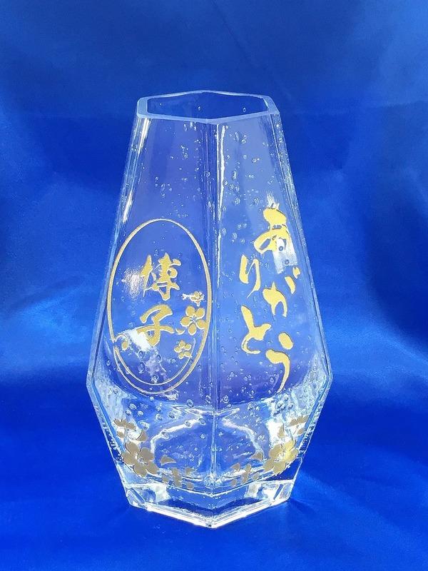透明の花瓶に彫刻させていただきました。