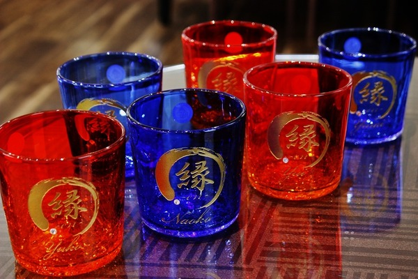 沖縄、琉球グラスに彫刻!
