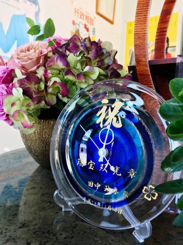沖縄琉球ガラスの置時計に彫刻しました。
