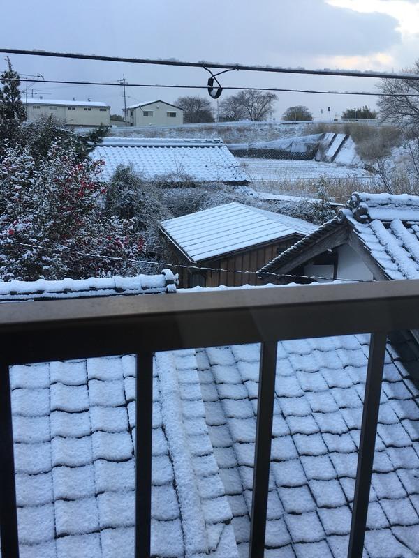 カーテンを開けると一面雪景色。こんな時は温かいお茶でまったり。@奈良 香芝