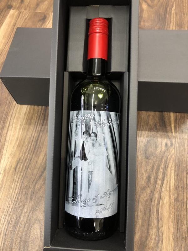 前撮り写真を彫刻したワインボトルのサプライズプレゼント!