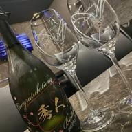オーナーさんの誕生日祝いにボトル彫刻とワイングラスのご注文!